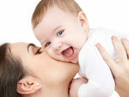عناية الأم بطفلها تساعد في نموه العقلي والعاطفي